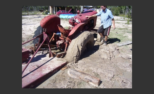 Oldtimer trekker in de modder