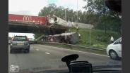 Vrachtwagen van een viaduct gestort
